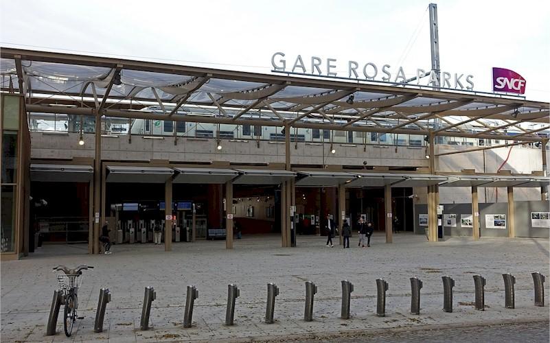 paris-gare-rosa-parks-train-station-rer-e-entry