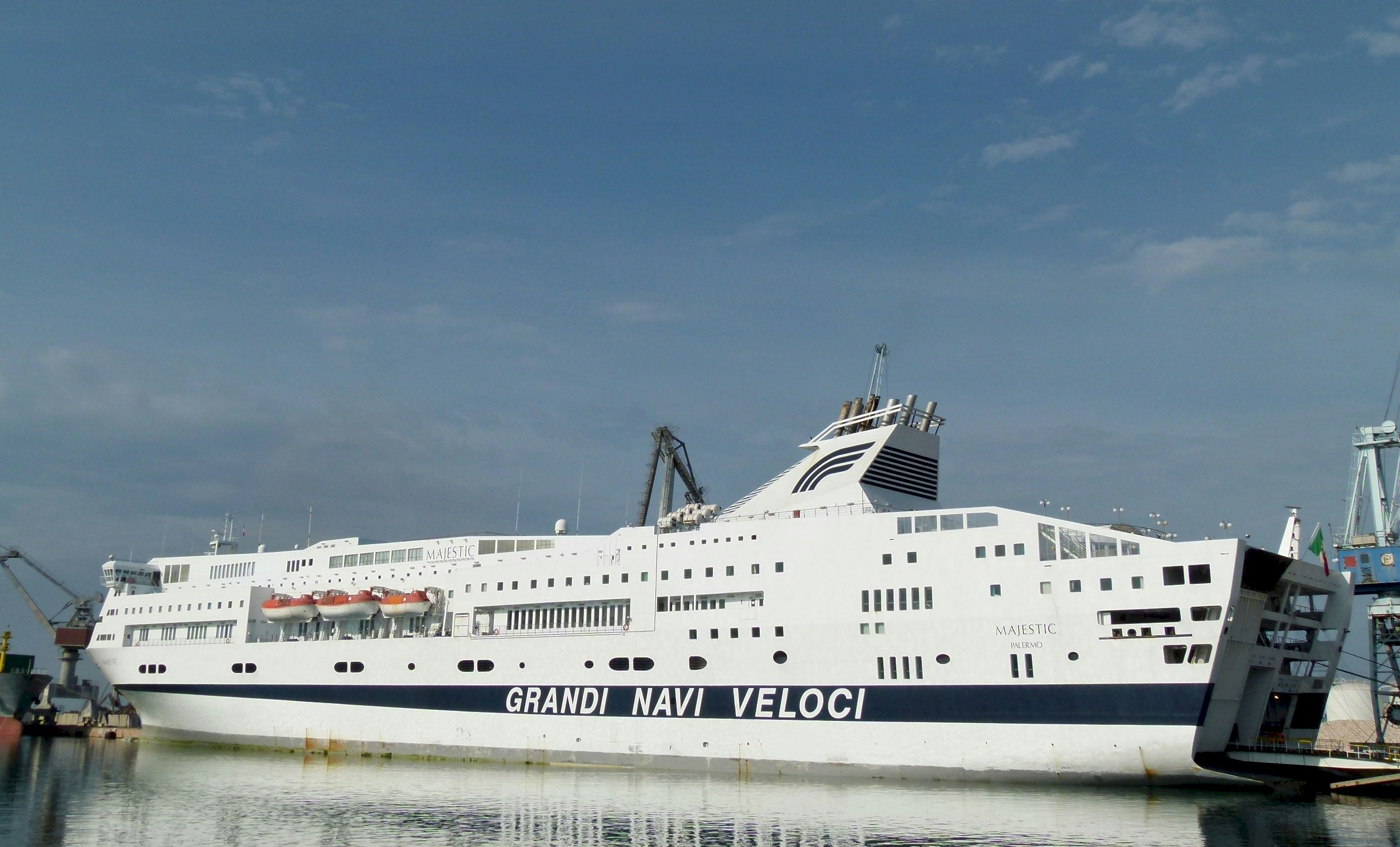 grandi-navi-feloci-majestic-ferry-boat